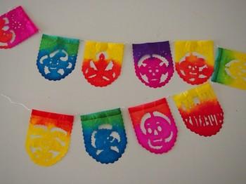 かわいい切り絵のガーランド。メキシコでしゃ「パペルピカド」と言い、お祭りの時などに飾るそう。カラフルな色合いがかわいらしいです。