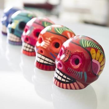 死者の日を盛り上げてくれるグッツとして欠かせないのが、かわいくペイントされたガイコツの置物。色んな色でペイントされたガイコツたちはカラフルでとっても華やか♪