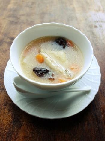 手羽中で作る簡単サムゲタン。なつめの代わりに、鉄分豊富なプルーンを。生姜もたっぷりで、冷房や冷たい飲み物で冷えた体をあたためてくれます♪朝食にもいいですね。