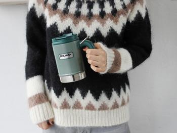 こちらのような保温性のあるマグカップなら、温かいコーヒーを長時間キープすることができます。上部に蓋が付いているので、衝撃を受けてもこぼれることがありません。アウトドアだけでなく、タンブラー代わりに普段使いするのも良いですね。