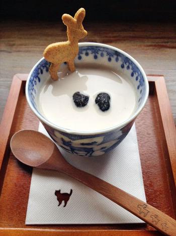 なめらかな口当たりとやさしい甘さが特徴のプリン「鹿のおとしもの」は、きなこのソースに黒豆が乗った和風の味わい。