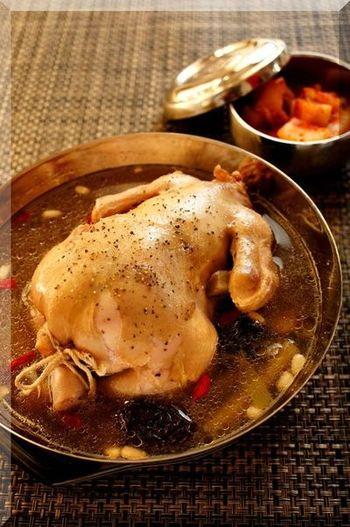 丸鶏は、じっくりコトコト煮込むのが本場のスタイルですが、おうちでは圧力鍋を使うのもアリです。時短でも、おいしさは抜群。もち米はふくらみますので、余裕をもって詰めるのがコツです。