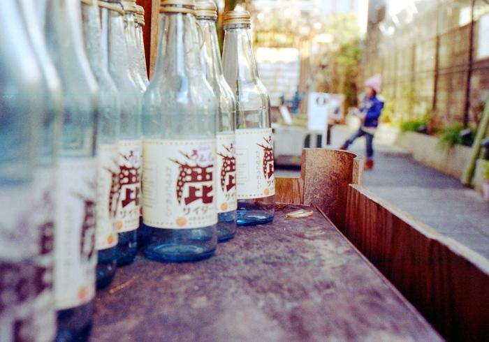 奈良市の中心街・南部、歴史ある建物を今も残す「ならまち」はレトロなお店が並ぶ、奈良散策にぴったりのエリアです。今回は、奈良の大仏さまや世界遺産巡りなど、お出かけ・おみやげ探しにぴったりのカフェや和菓子屋さんをご紹介します。
