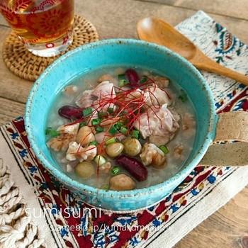 こちらは、玄米を使った、ヘルシー度アップのサムゲタン風スープご飯。生姜がたっぷりきいています。豆入りなので優しいおいしさでほっこりしますね♪