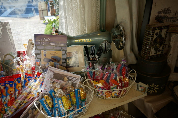 クッキーやマフィン、スコーンなどの焼き菓子はもちろん、アクセサリーや食器といった海外雑貨も販売されていますよ。