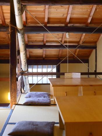 昔ながらの趣ある店内で、箪笥階段をのぼった二階席は落ち着きのある空間に。