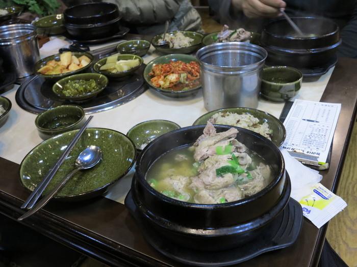 本場韓国では、まず一口食べて味をみてから、好みで塩・胡椒で調味します。あとは、箸とスプーンで鶏をくずし、取り皿へ。鶏やもち米、具材をスープとともにいっしょに味わうのが本場流。すべてが渾然一となったうまみは、たとえようもありません。