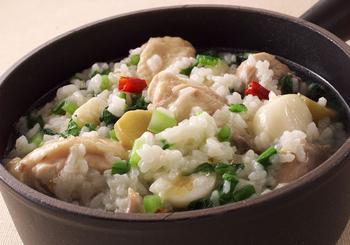 こちらは、ご飯ではなく、米を使ったサムゲタン風雑炊。鶏の骨付き肉は、お湯を回しかけ、水にさらして、しっかり水気を取ってから使う…そんな下処理を万全にすることで、きれいに澄み切ったスープになるそうです!