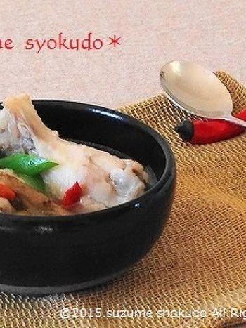 手羽元に塩麹をまぶし、しばらくおいてから作るサムゲタン。鶏のうまみが、塩麹でさらにアップ♪クコの実や松の実など、薬膳食材もたっぷり使った、体に優しい恵みのスープです。