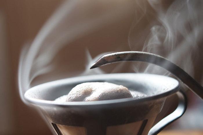まずは最も基本的なドリップコーヒーから。自宅でコーヒーを飲む際も、ドリップ式で淹れている方が多いのではないでしょうか。淹れ方は、ドリッパーにフィルターをセットして挽いたコーヒー豆を入れ、ゆっくりとお湯を注ぐだけでOKです。サーバーは荷物になるので、ドリッパーをマグカップに直接セットする方法がおすすめですよ。