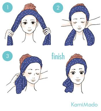 大きめのスカーフは 縦に折ってから巻きましょう。髪の生え際あたりに巻きつけ、うなじ部分で結べばできあがりです。