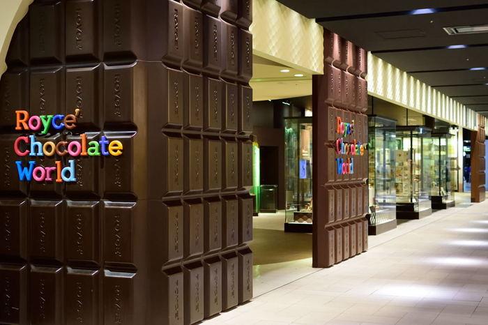 北海道土産にも人気のチョコレートブランド「ロイズ」。新千歳空港連絡施設3Fに、ガラス越しにチョコレート工場の見学ができる「ロイズ チョコレートワールド」があります。