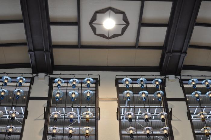 駅のエントランスには333個のランプが飾られており、その優しい灯りで、訪れる人々をあたたかく迎え入れます。