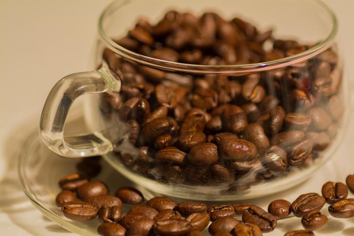 まずはコーヒーの主役、コーヒー豆を選びましょう。コーヒー豆にはさまざまな種類があります。一か所の産地で採れた豆をシングルオリジンと呼び、複数の産地の豆を混ぜたものがブレンドと呼ばれています。どんなものが好みかわからないときは、お店の人に飲んでみたい味わいを伝えて選んでもらいましょう。