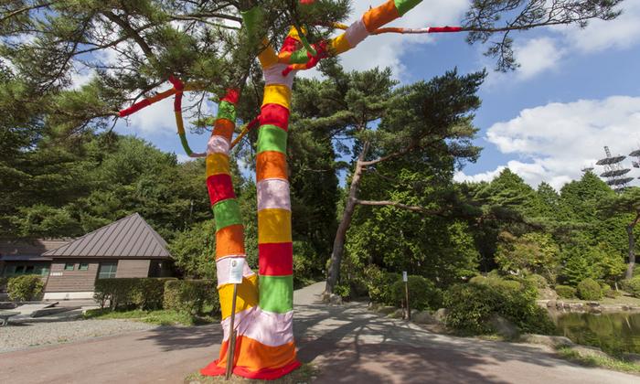 六甲山の緑の中に突如現れた、ビビッドカラーのオブジェ。小山めぐみさんの「六甲ミーツ・アート 芸術散歩2012」の作品です。樹の幹や枝をカラフルな布で覆って、自然の「形」を生かしつつ独自の世界観を展開しています。  ※2017年は8月下旬の西宮阪急での出張ワークショップ「カラフルなパレードの衣装をつくろう!」のみでの出展となります。詳しくは以下リンク先をご確認くださいませ。