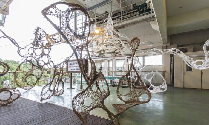 アメーバ?蓮根?宇宙?見る人によって異なった印象を与えるのが、現代アートの楽しいところ。林 和音さんの「あみつなぎ六甲」という「六甲ミーツ・アート 芸術散歩2015」の作品です。ロープウェーの乗り場が非日常空間に早変わり。  ※2017年は会期中のうち6日間(10月20日、21日、22日、11月3日、4日、5日)のワークショップでの出展となります。詳しくは以下リンク先をご確認くださいませ。