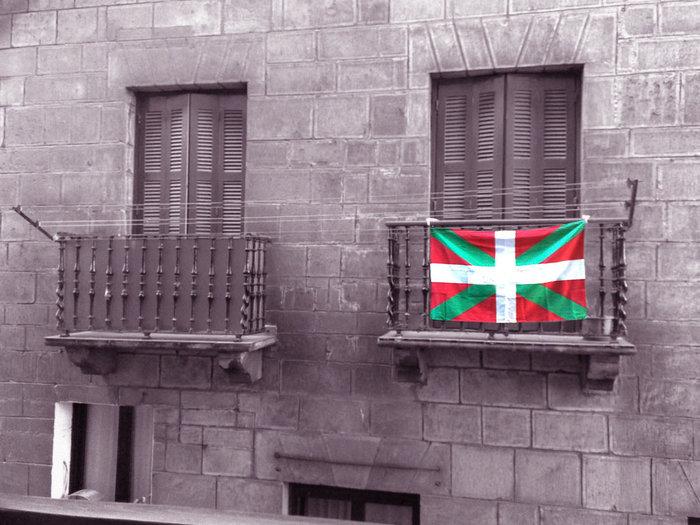 """大西洋沿いのスペイン北部とフランス南部にまたがる地方のことを指します。スペイン・バスクは""""País vasco"""" フランス・バスクは""""Pays basque""""と言い、どちらも地方というよりは「バスク国」といったニュアンスで表記されます。"""