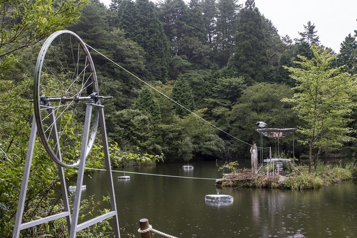 「元々ここにあったのかな?」と思わせるほど、六甲山の景観に違和感なくなじんでいる作品。でもよく見ると何の装置か分からなくて、心に疑問府が浮かんできます。古屋崇久さんの「六甲ミーツ・アート 芸術散歩2016」の作品。