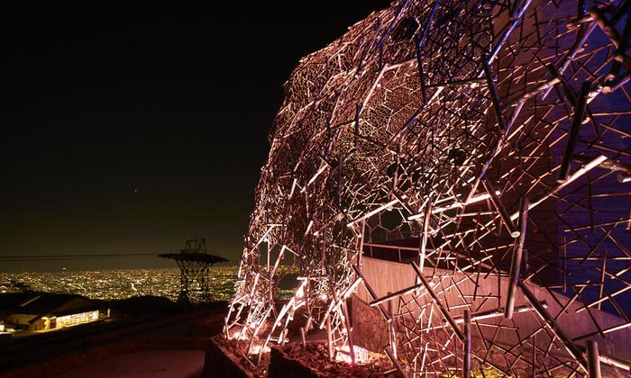神戸の夜景とのコラボレーションを楽しめる作品。アート鑑賞初心者でも、単純に美しさを楽しめます。三分一博志さん設計の常設施設「自然体感展望台 六甲枝垂れ」を光のアートで彩った伏見雅之さんの作品です。