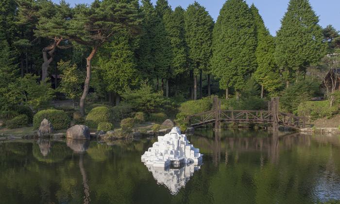 六甲山の湖に浮かぶ白亜の城。何だかフランスのモンサンミッシェルを彷彿させますが、「発泡山」という作品名が付けられている辺り、発泡スチロールでできているのでしょうね。身近な材質で作られたものだったとしても、静謐な美しさを感じさせます。「六甲ミーツ・アート 芸術散歩2012」の開発好明さんの作品。