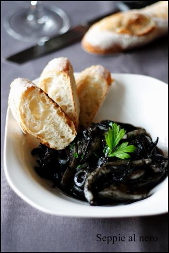 「イカの墨煮」イカスミとニンニクのいい香りが食欲を刺激します。歯が真っ黒になっても、構わず食べたくなっちゃう美味しさです!