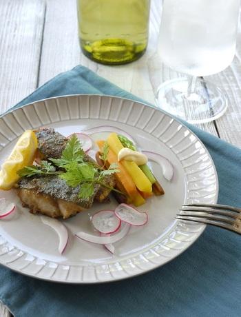 白身魚のソテーをカレー風味に。お魚を焼く前に、小麦粉にカレー粉を混ぜたものをまぶすだけなので簡単。子どもにもとても好評のようですよ!