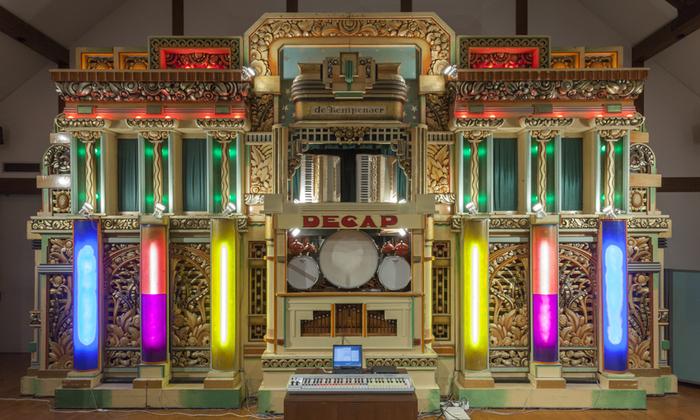 冒頭でご紹介したレトロな六甲オルゴールミュージアムが、こんなカラフルなネオンカラーで近未来な雰囲気に!明和電機さんの「六甲ミーツ・アート 芸術散歩2013」の作品です。