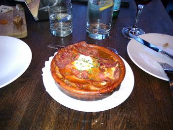 最後に香ばしくソテーした生ハムをのせるのがバスクらしい。勿論生ハムはイタリアのプロシュートのような柔らかいものではなく、スペインの味の引き締まったものを