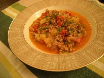 """「仔牛のアショア」トウガラシの辛さがポイント。トウガラシが入ってなかったら、スペインのほかの場所でも食べられる料理になります。(実はスペイン人は辛い物が苦手な人が多いんです。)ちなみに""""アショア""""はフランス語でいうところの""""アッシェ(みじん切り)""""という意味です。ザクザク切ってコトコト煮るだけでこんなにおいしい料理になるなんて。ブーケガルニはなければ仕方がないですが、ローリエだけは入れましょう!香りが締まって食欲をそそります。"""
