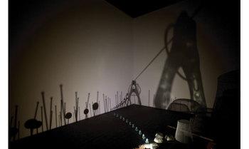 「六甲ミーツ・アート 芸術散歩2011」の、六甲ミーツ・アート大賞グランプリに輝いたクワクボリョウタさんの作品。 室内を鉄道模型が走りながら、そのランプに照らされて壁には六甲山の風景が影絵として写し出されます。静かな空間の中を色々な光景が次々に影絵として現れる様は時間を忘れて見入ってしまいます。