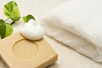 刺激の強いクレンジングや洗顔料は、肌を乾燥させてしまうことも。肌に優しいものを使うか、コンディションが整うまでは水だけで洗顔するなどを心がけましょう。