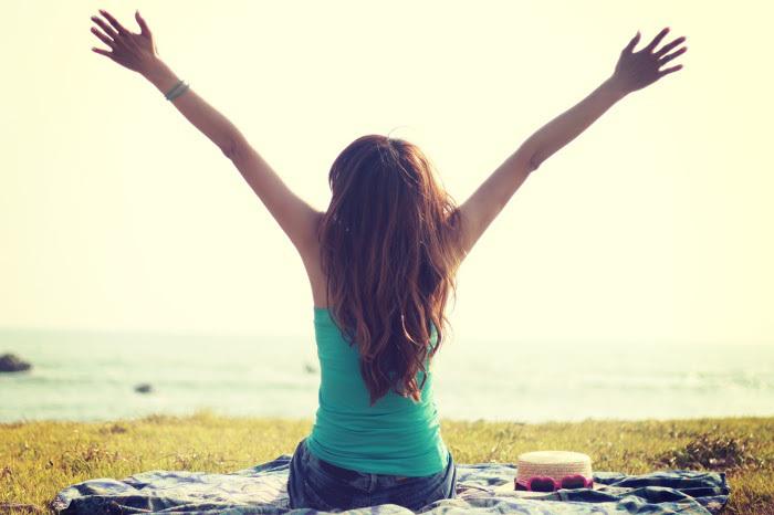 深呼吸をしながら、その日にやりたいことや嬉しかったことなどポジティブなことを考えてみましょう。大きく息を吸い込むことでリラックスできて、頭がすっきりとしてきますよ。