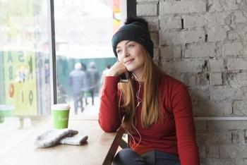 バンクーバーでは音楽を聴きながら窓の外を眺めたり、隣に座った人と会話を始めたり、移動の時間をゆったり過ごしています。たまにはスマートフォンから顔を上げて窓の外の景色を眺めてみると、リラックスできるかも!