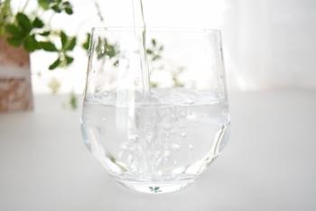 睡眠中に汗をかいているので、寝起きは体に水分が足りてないことも。一杯の水を飲んで、水分を補給してあげましょう。寒い季節は白湯もおすすめです。
