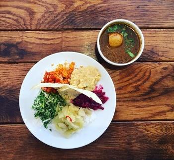 こちらが人気メニューの「タンブリンカレー」。日本人シェフによるこだわりのスリランカ料理、ぜひ堪能してみてはいかがでしょうか?