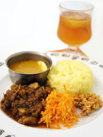 ランチセットの「スリランカプレート」。スリランカの文字が書かれた食器もとっても可愛いです♪現地の食べ方のように、全てを混ぜていただきます*