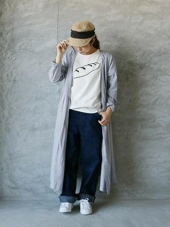 ユニークなパン柄のTシャツとブルーデニムがかわいいカジュアルスタイル。子どもっぽくなりがちなこのスタイルも、カシュクールワンピースを羽織ると一気にあか抜けますね。