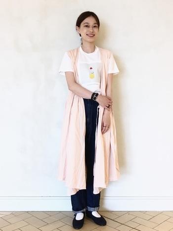 一枚で主役級のワンピの下には、デザインがかわいいTシャツを合わせて。シンプルだけど個性の光る着こなしがおしゃれ上級者の雰囲気。