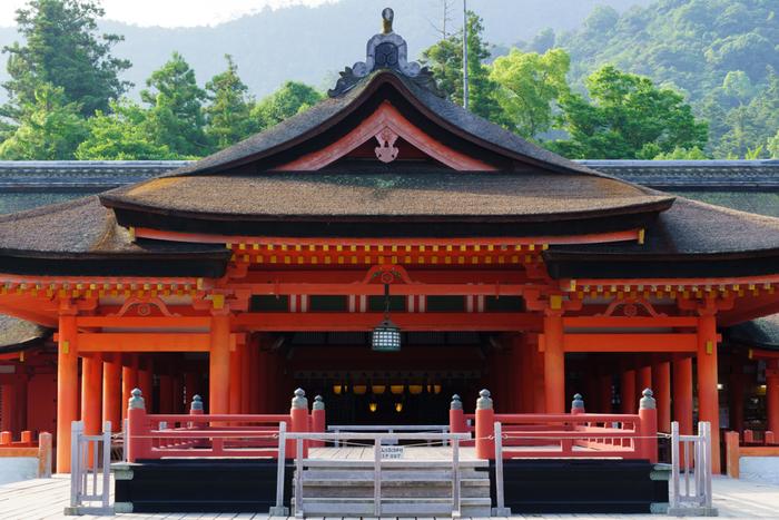 朱塗りが美しい社殿で、心静かに参拝。美しい廻廊や、今でも歌や舞を奉納する高舞台など、見所がたくさんあります!