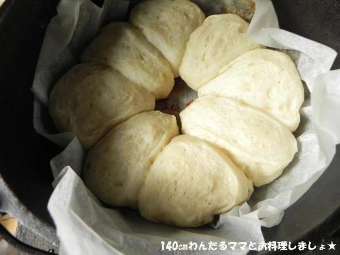 生地のこねから一次発酵までをポリ袋で済ませられる、らくちんなパンのレシピ。ダッチオーブンでふんわり焼き上げます。