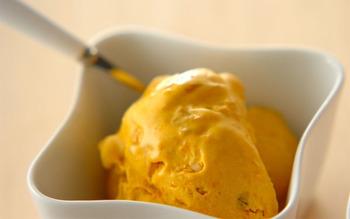 レンジでチンしたホクホクかぼちゃが、アイスクリームに変身!バットの中で材料をかき混ぜ、冷凍庫に入れてまたかき混ぜて…を繰り返すだけで出来上がるお手軽レシピです。