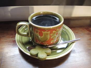 """レトロなカップ&ソーサーでいただく、コクのあるコーヒーにほっこり。""""よつば""""のクッキーもかわいくて、のんびり幸せな気分になれそうです…♪"""