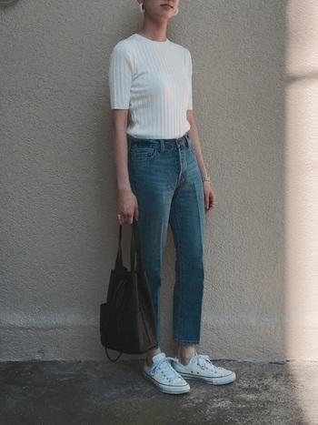 ベーシックでシンプルなアイテムが多いパリジェンヌ。彼女たちは、街を闊歩することも多いので、足元はスニーカーでこなれ感のある着こなしを。