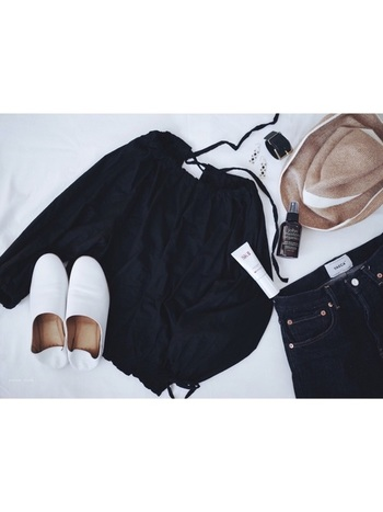 パリジェンヌはベーシックなアイテムをおしゃれに着こなすのが大好きです。トレンドも取り入れながら、シンプルで着まわしのきく服、飽きのこないシンプルな服...それらをうまく組み合わせて自分流に着こなすこと。ミニマルでエフォートレスな着こなしを真似してみてくださいね!