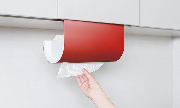 吊戸棚下に簡単に取り付けられるキッチンペーパーハンガー。便利なだけではなくデザインもスタイリッシュでオシャレ。鮮やかな赤はキッチンを元気なイメージにしてくれます。色違いでホワイトもあるので、インテリアや好みに合わせて♪