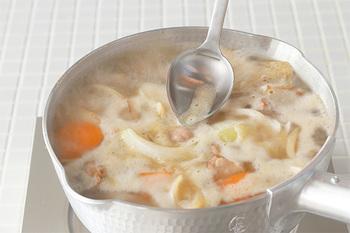 スプーンの先端がとがっているから食材の間にも入り込みやすく、あくを簡単にすくいあげてくれます。側面のカーブも鍋肌にぴったりフィットしてくれるので、縁に集まっているあくも、ストレスなく取り切れます。