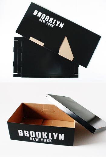 100均にはいろいろな柄のペーパーボックスが。こちらはセリアにある、フタつきの組み立て式ボックスを活用する方法です。
