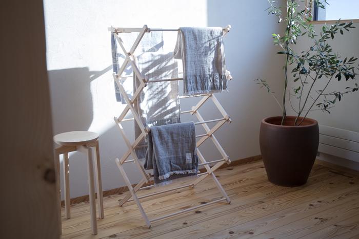 室内に洗濯物を干すと、どうしても生活感が出てしまうもの。できるだけインテリアに馴染むようにしたい場合は、物干しのデザインにこだわってみましょう。【BIERTA】(ビエルタ)の「物干しタワー」は、天然木で作られたナチュラルな雰囲気が魅力です。シンプルなインテリアを好む方にオススメのデザインです♪