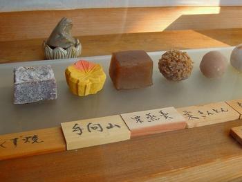 """ご主人の喜多誠一郎さんは、和菓子ひと筋の職人さん。和菓子の器から、贈り物用に添えられる""""しおり""""に書かれた言葉に至るまで、こだわりがつまっています。"""