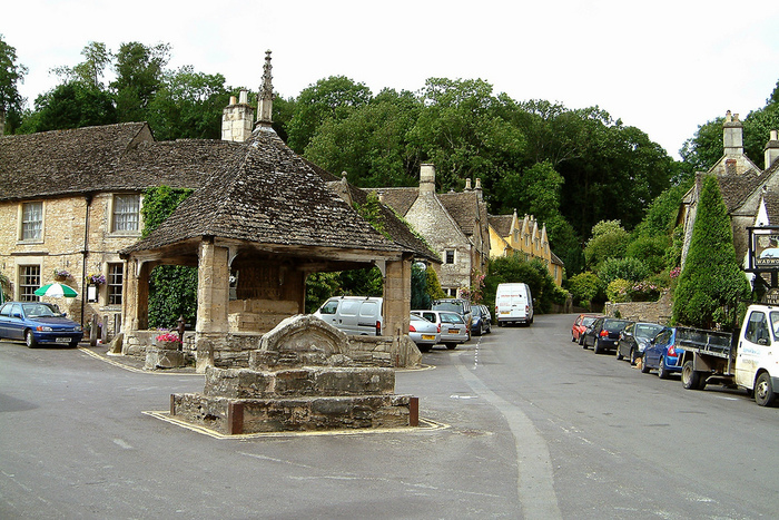 町の中心部には、14世紀に造られたマーケット・クロスが創建当時から変わらない姿で現存しています。